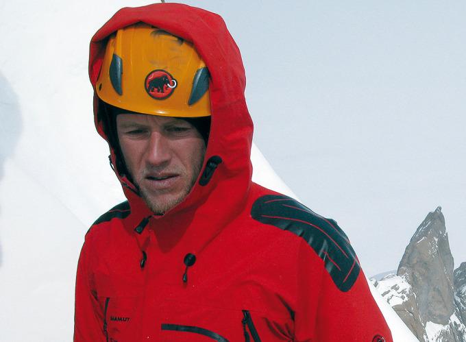 """Stephan Siegrist podczas przejścia drogi """"Sound of Silence"""" na północno-zachodniej grani Ulvetanna (2931 m), Ziemia Królowej Maud, Antarktyda (fot. Max Reichel / visualimpact.ch)"""