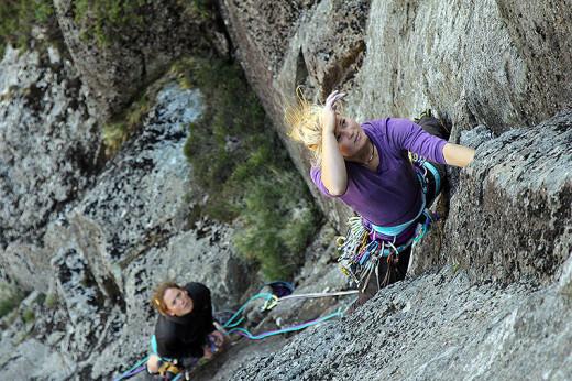 Hazel Findley podczas wspinaczki w Lake District (fot. Dom Bush)