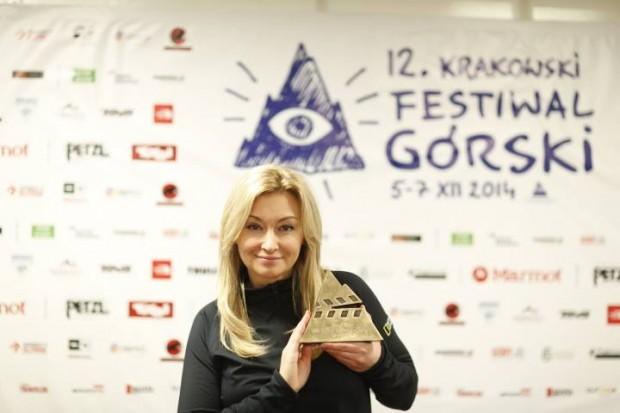 Członek jury filmowego Martyna Wojciechowska ze statuetką Grand Prix KFG 2014 (fot. Wojciech Lembryk)