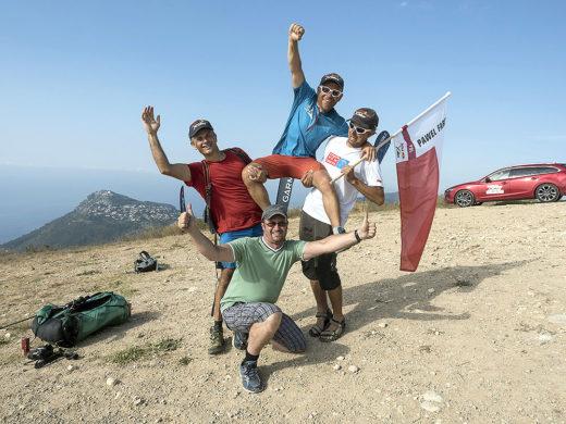 Pawel Faron wraz z wspierającą go ekipą świętuje dotarcie do mety Bull X-Alps 2015 w La Turbie, Francja (fot. Red Bull X-Alps)